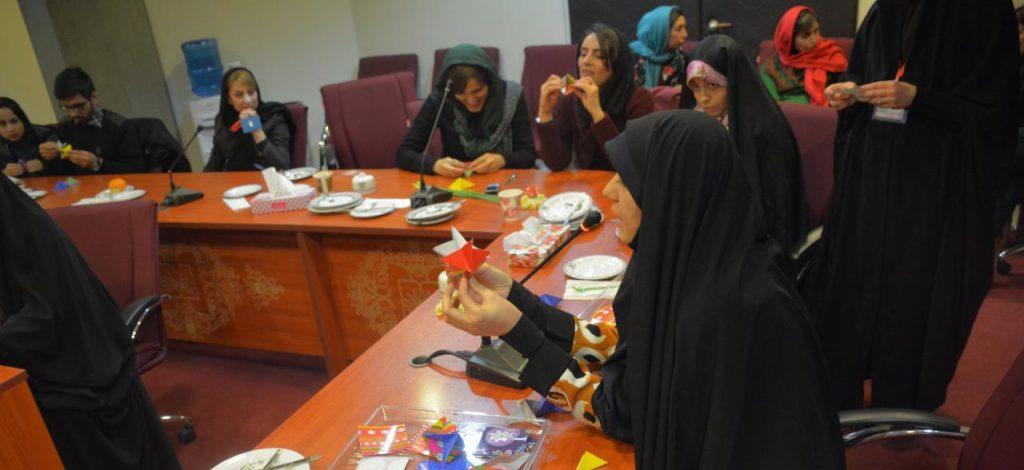 مشیری بازی اوریگامی در جشن هفتسالگی ویراستاران
